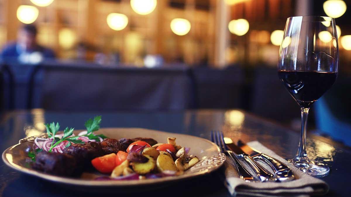 тарелка стол еда бокал ножи вилка