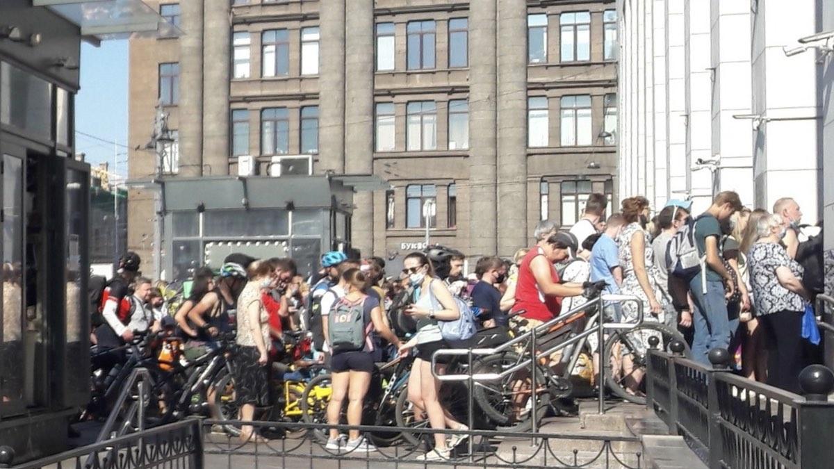 толпа у финляндского вокзала в Санкт-Петербурге