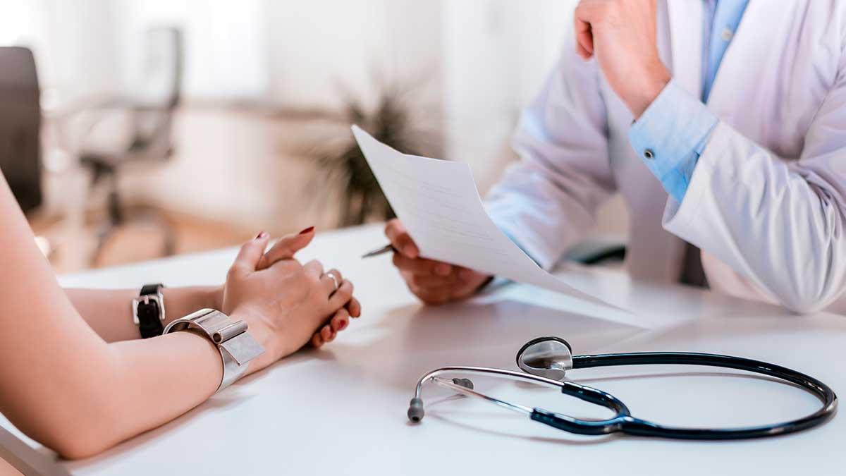 врач девушка на приеме диагноз