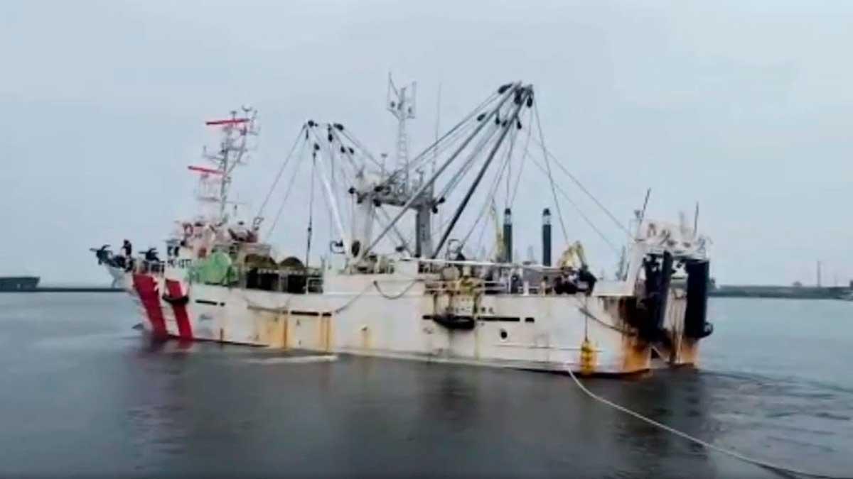 японская рыболовецкая шхуна море