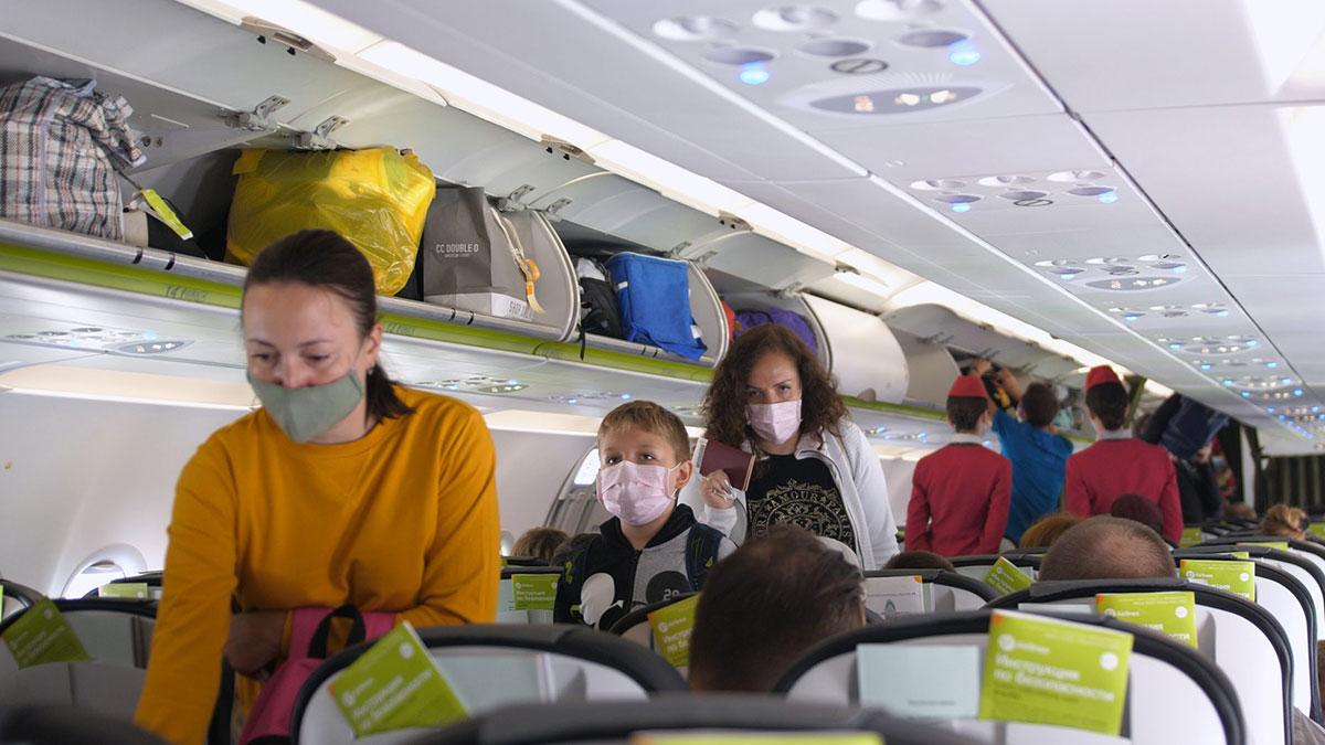 салон самолета пассажиры