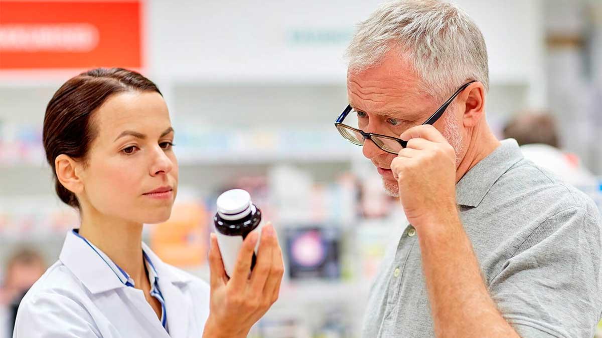 женщина мужчина смотрят на банку лекарство