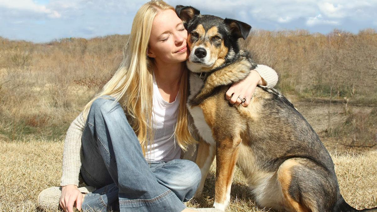 женщина обнимается с собакой