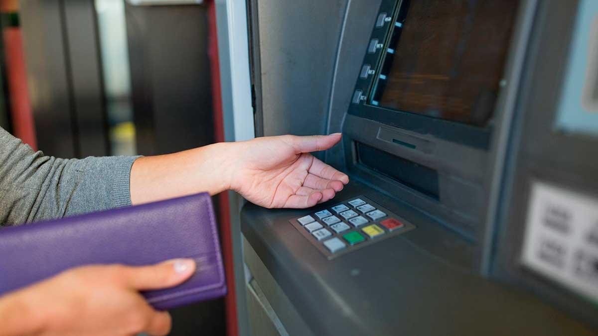 женщина рука банкомат рука кошелек