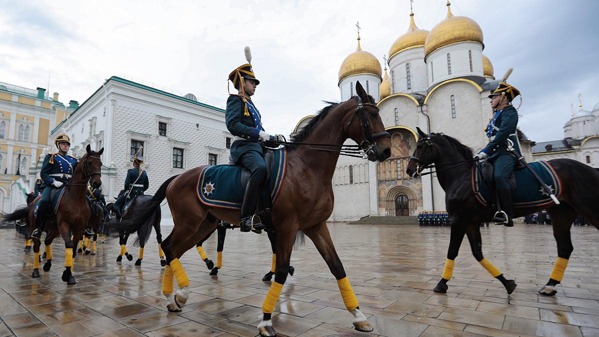Церемония разводов пеших и конных караулов
