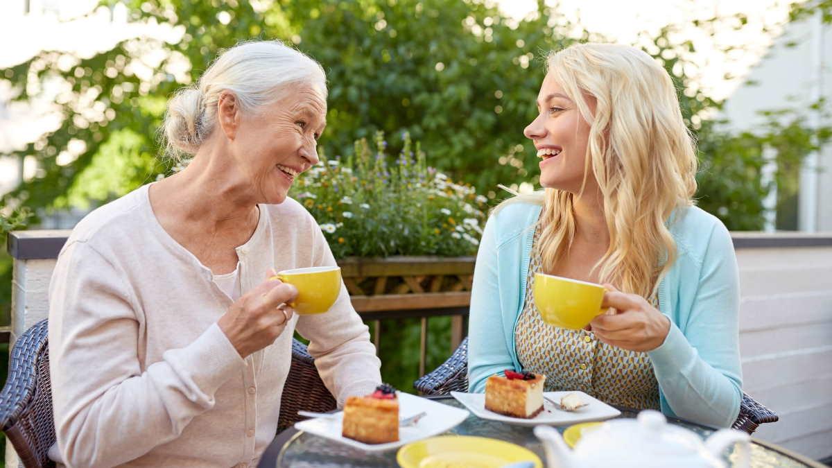 Бабушка и внучка пьют чай