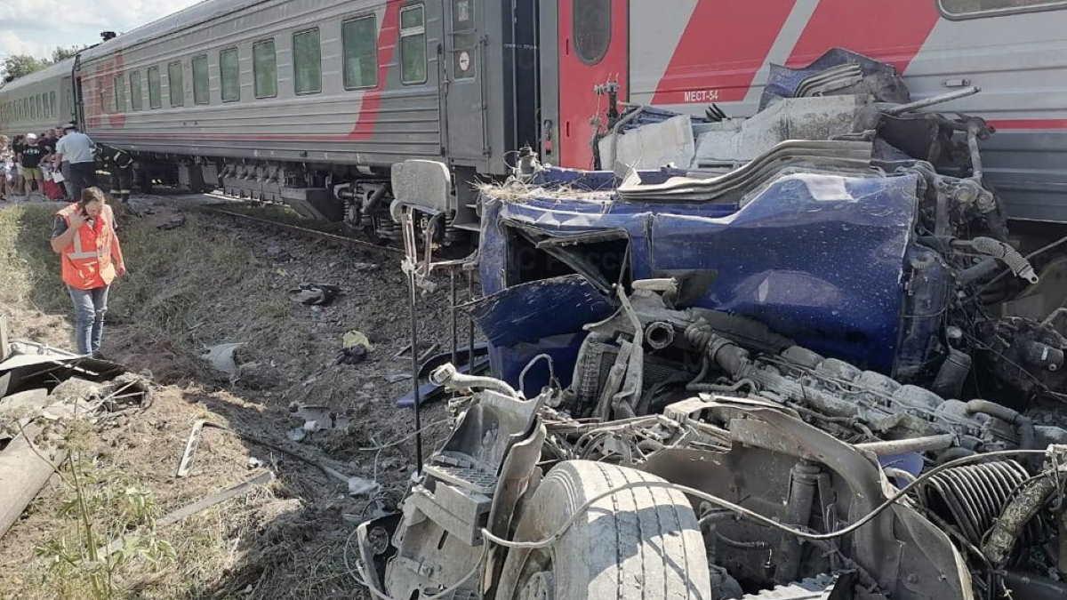 столкновение поезда и цементовоза
