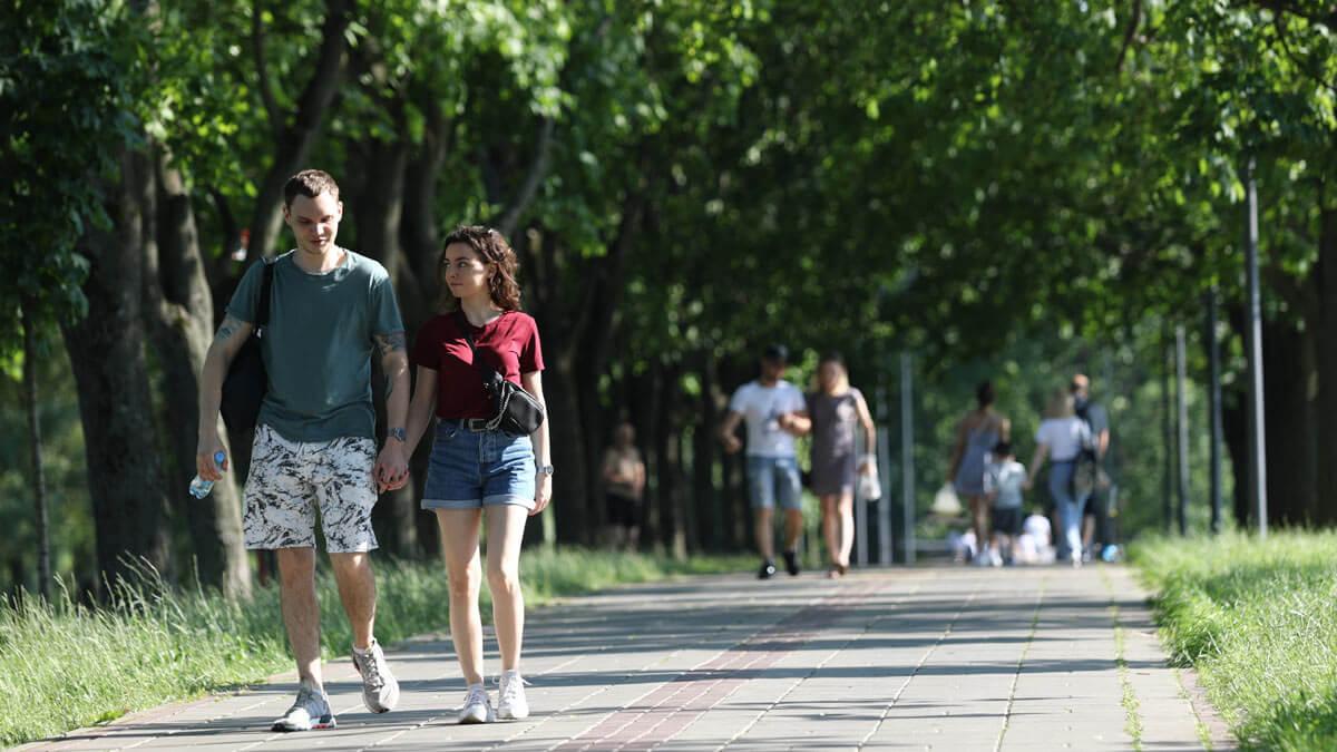 Люди гуляют в парке Москва
