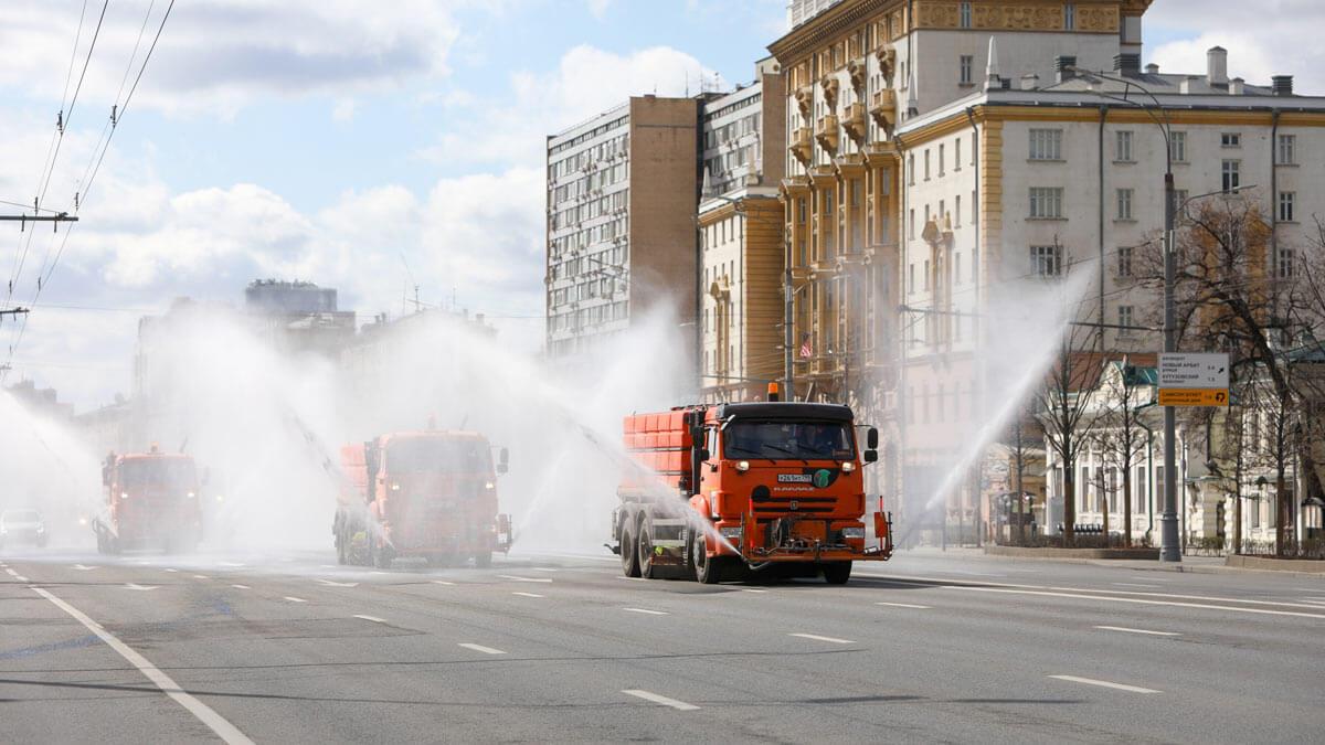 Машины поливают дорогу вода Москва