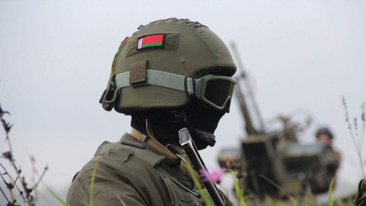 белорусский солдат в шлеме и маске