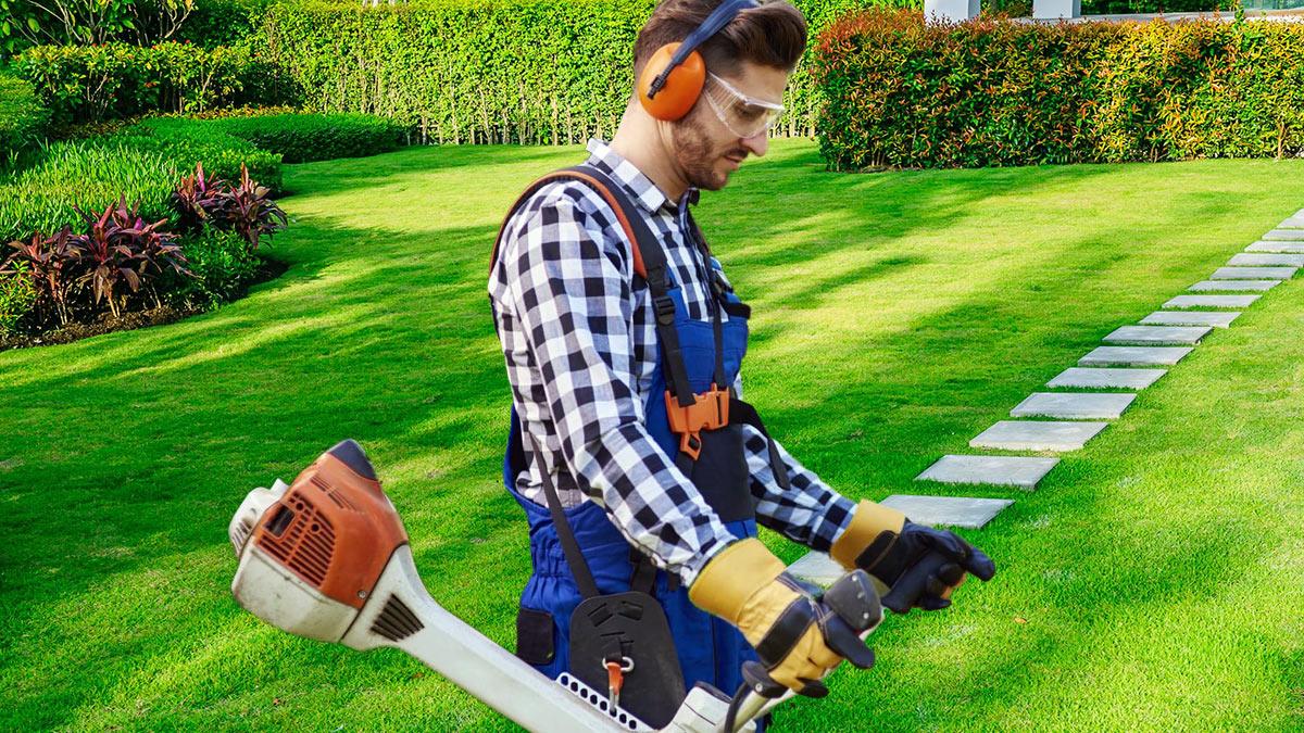 человек с газонокосилкой