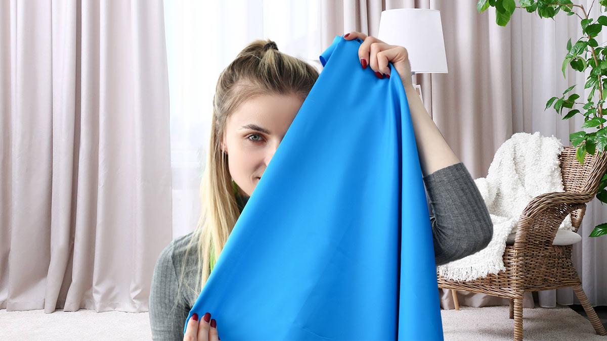 девушка с тканью в руках