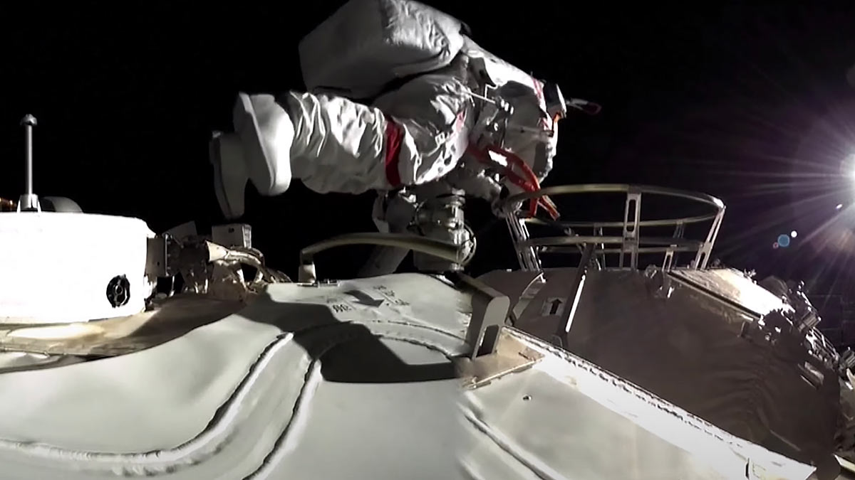китайский астронавт в открытом космосе