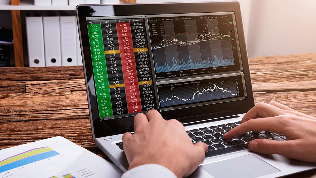 мужчина ноутбук руки акции