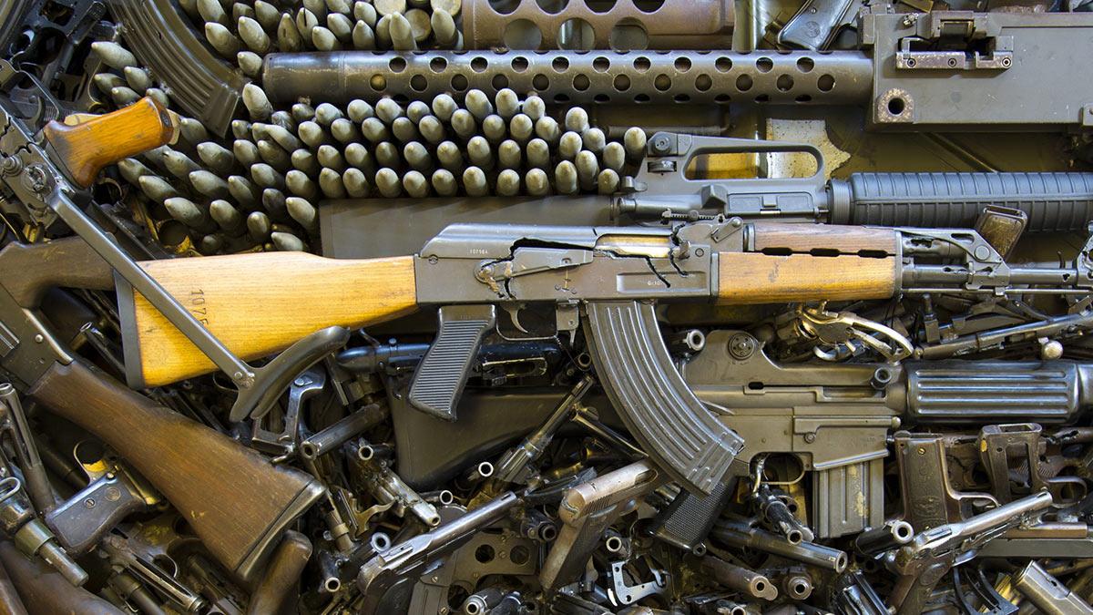 куча списанного оружи