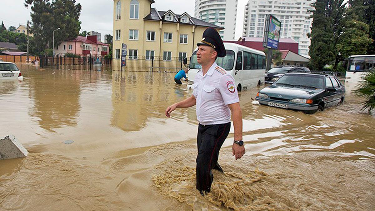 потоп Сочи мужчина вода машины