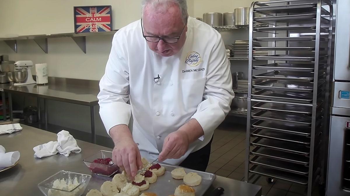 Бывший королевский шеф-повар показывает как приготовить любимые булочки королевы