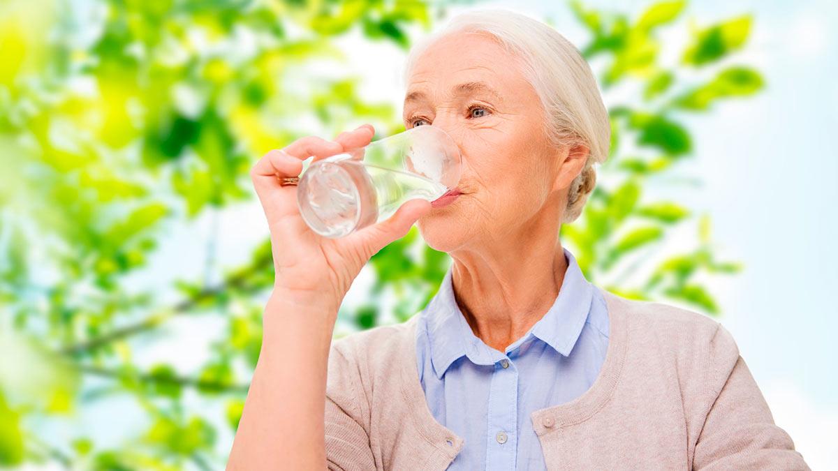 женщина стакан воды