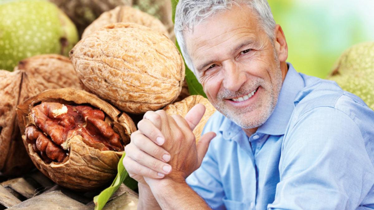 пожилой мужчина улыбается грецкие орехи