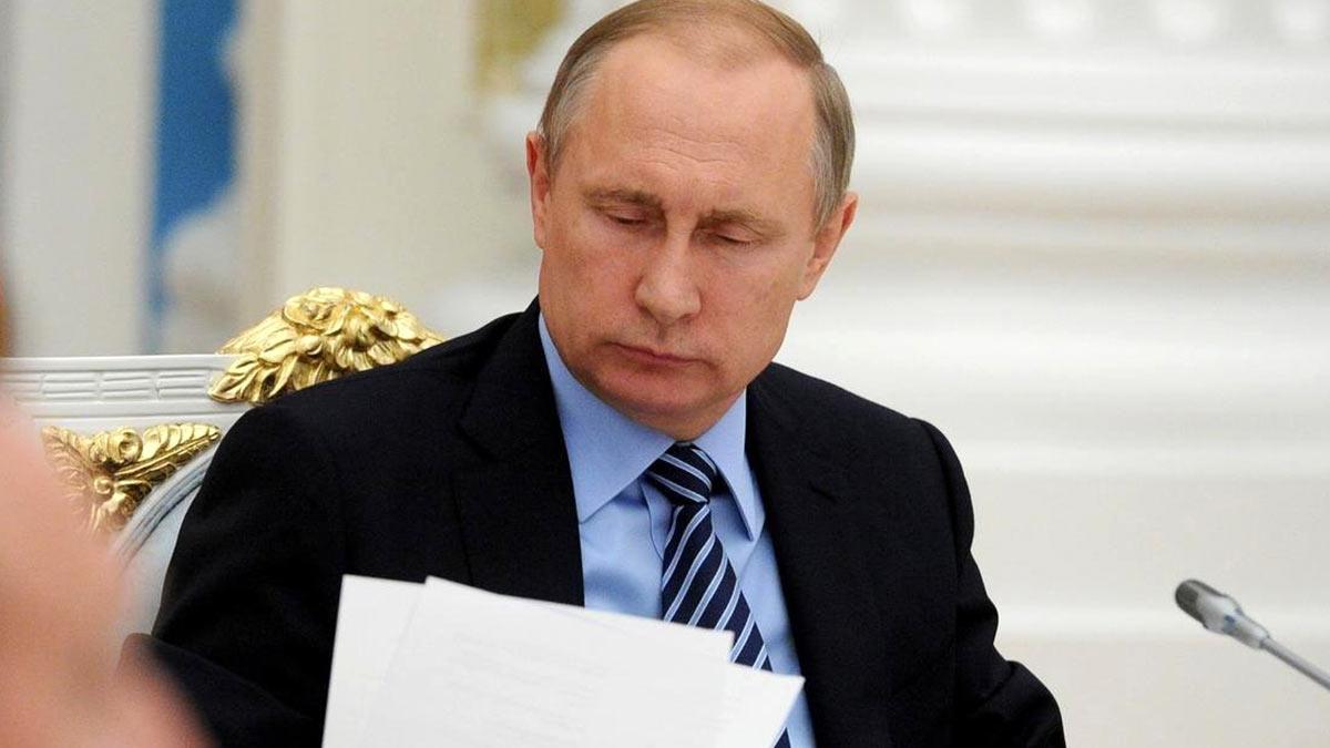 Владимир Путин читает