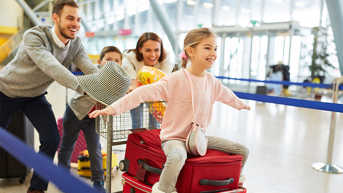 семья аэропорт дети вещи