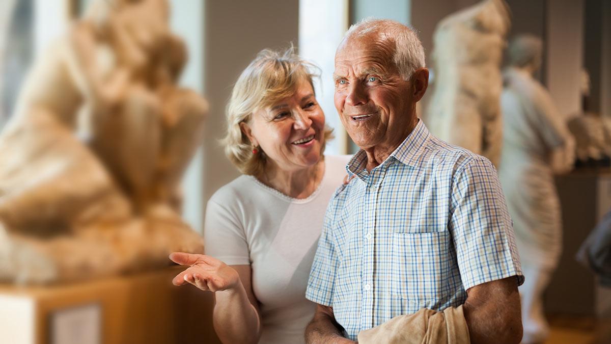 Пожилая пара посещает музей
