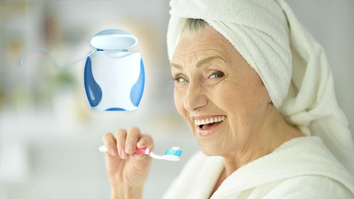 пожилая женщина чистит зубы
