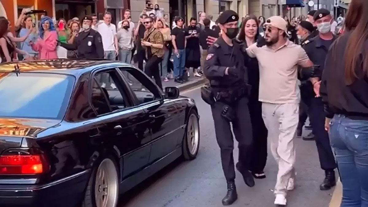 Задержание людей танцевавших на дороге