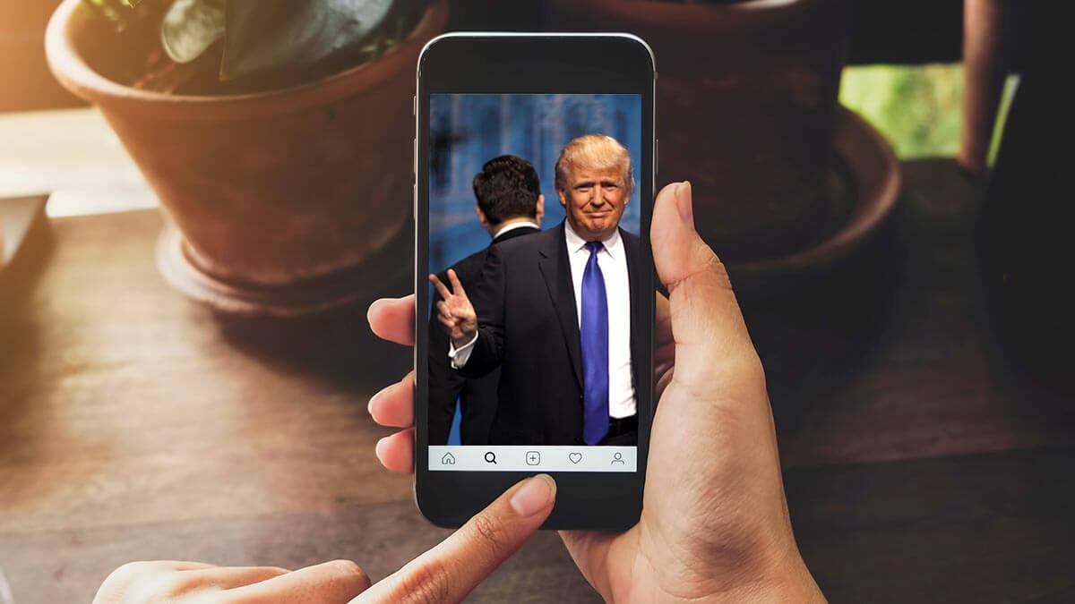 Дональд Трамп на экране смартфона