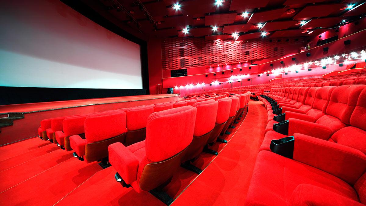 зал кинотеатр белый экран