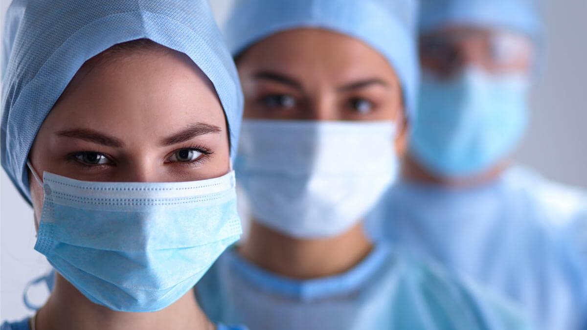 женщины врачи медики маски халаты