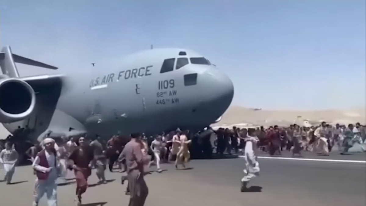 Военный самолёт США в аэропорту Кабула