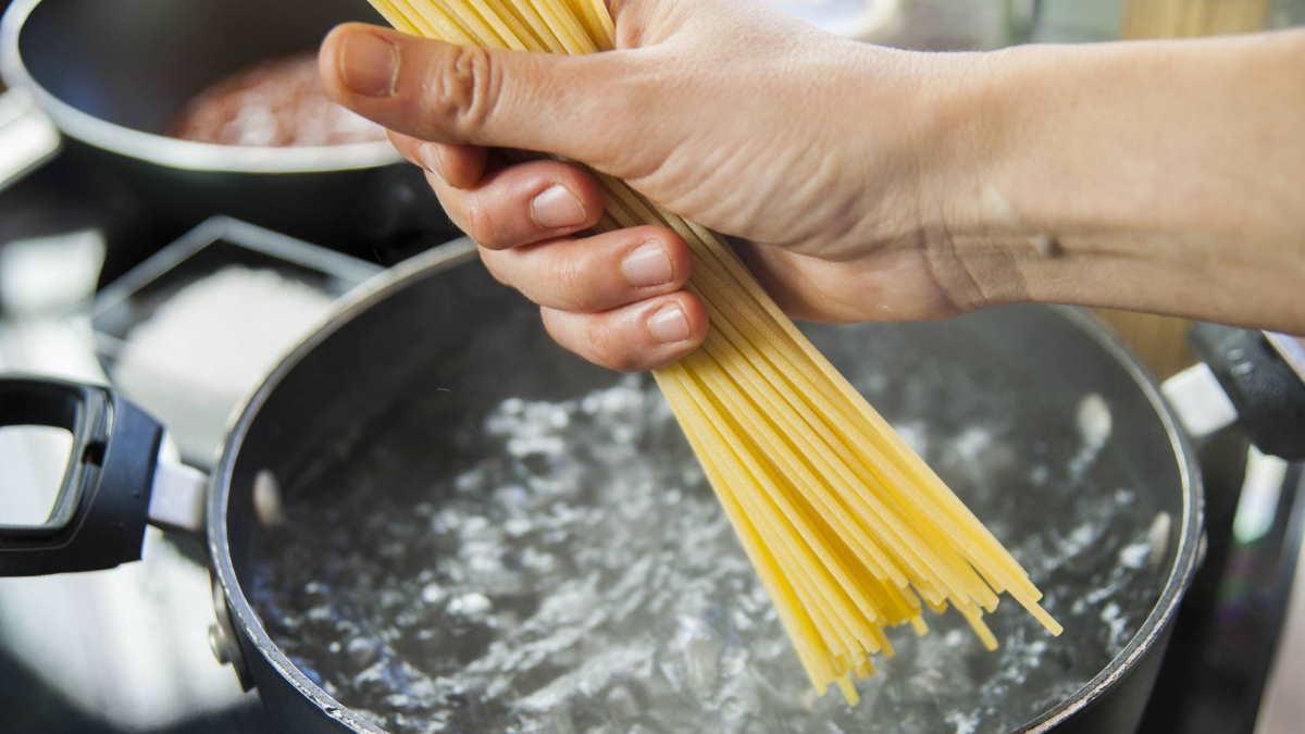 варить макароны