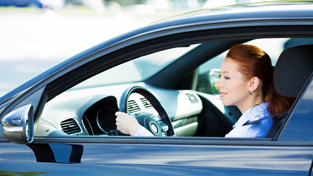 женщина водитель автомобиль