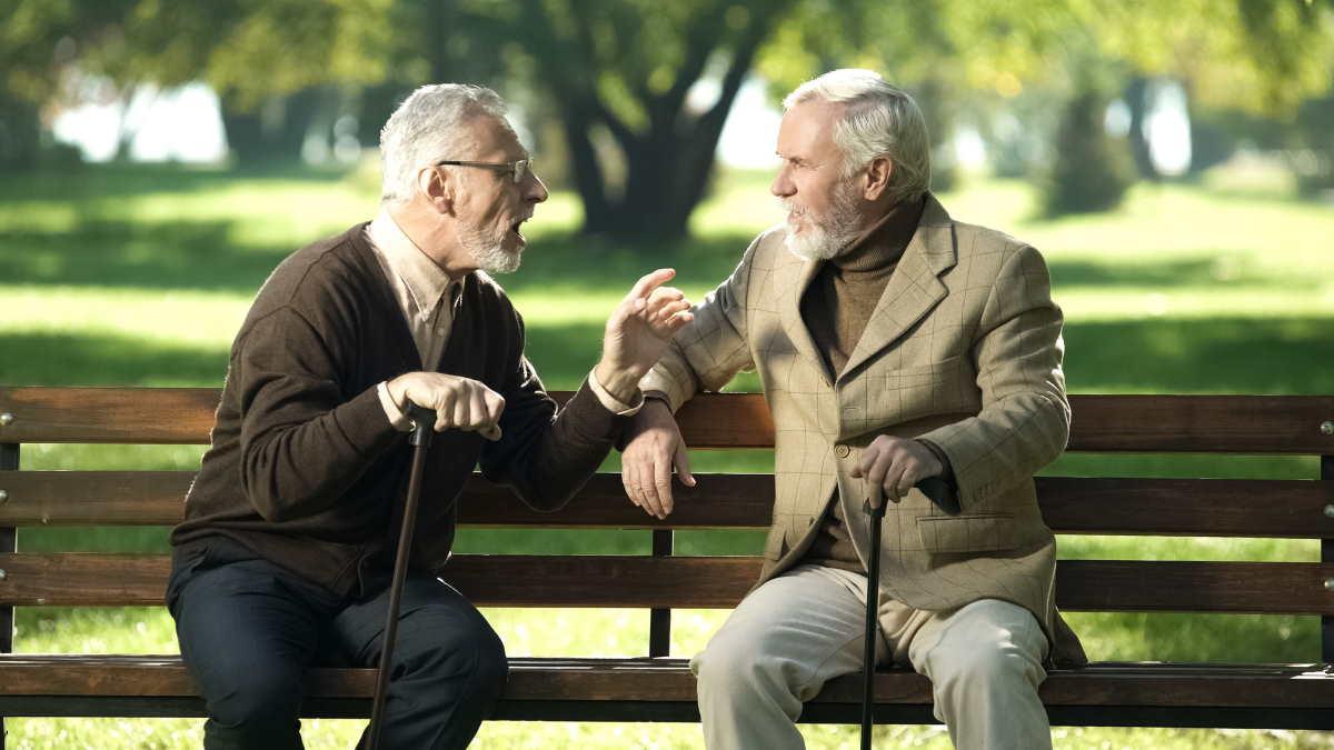 старики разговаривают
