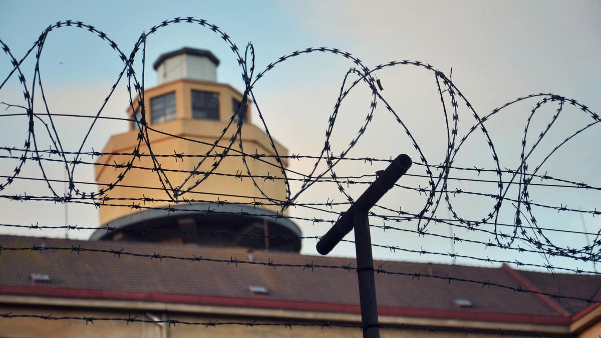 Колючая проволока тюрьма