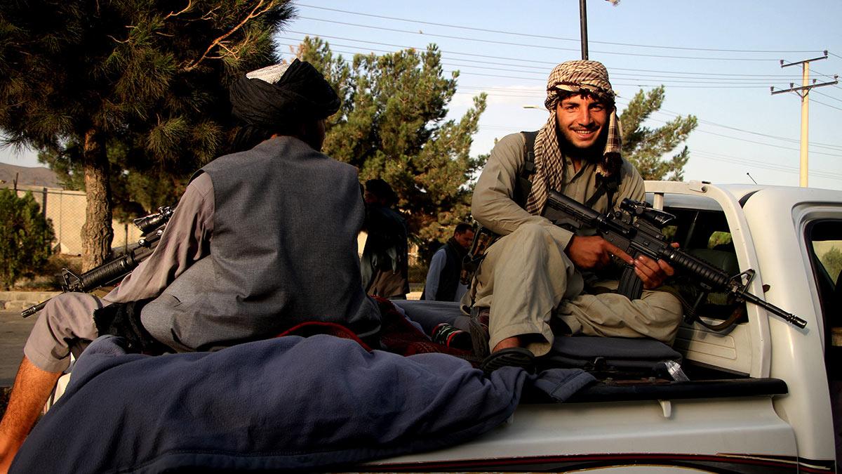 Мужчины улыбка Афганистан автомат