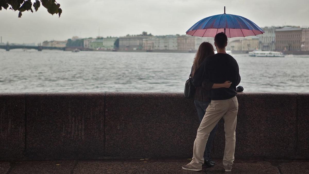 влюбленные зонтик на набережной
