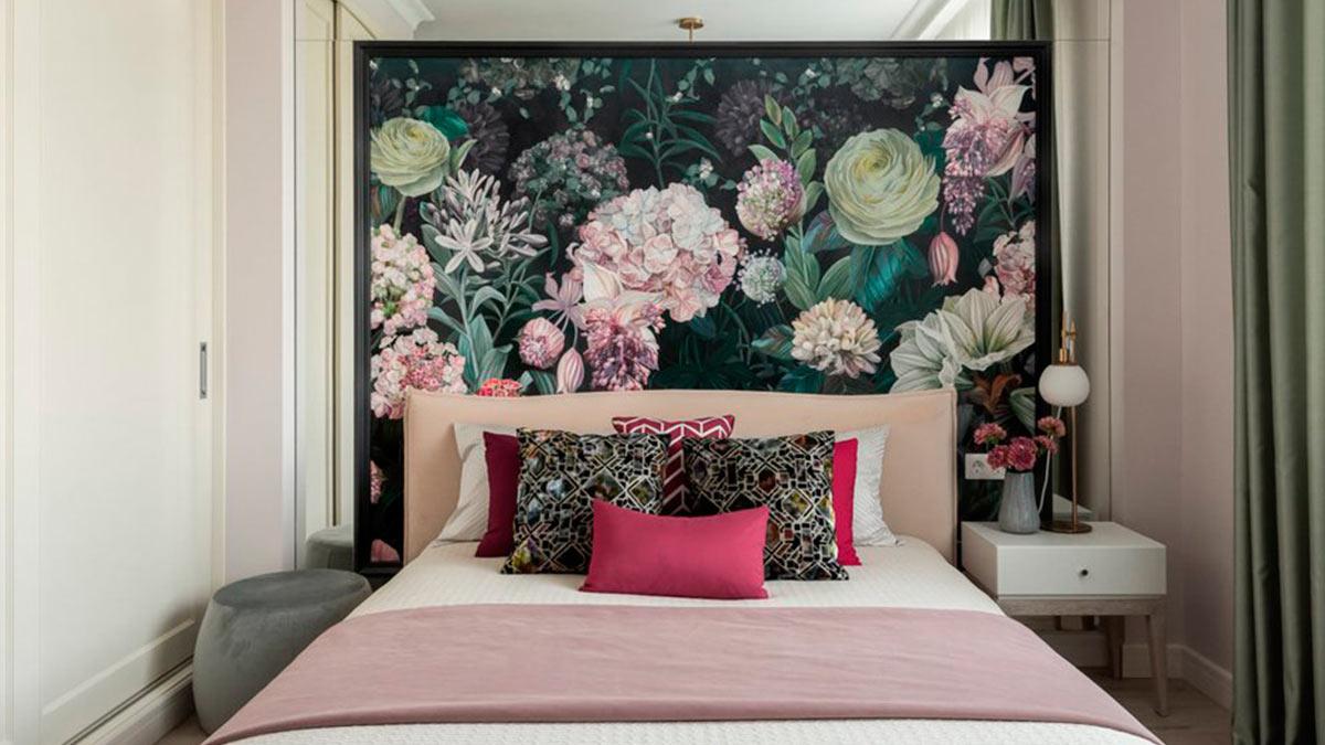 Спальня кровать подушки стена цветы
