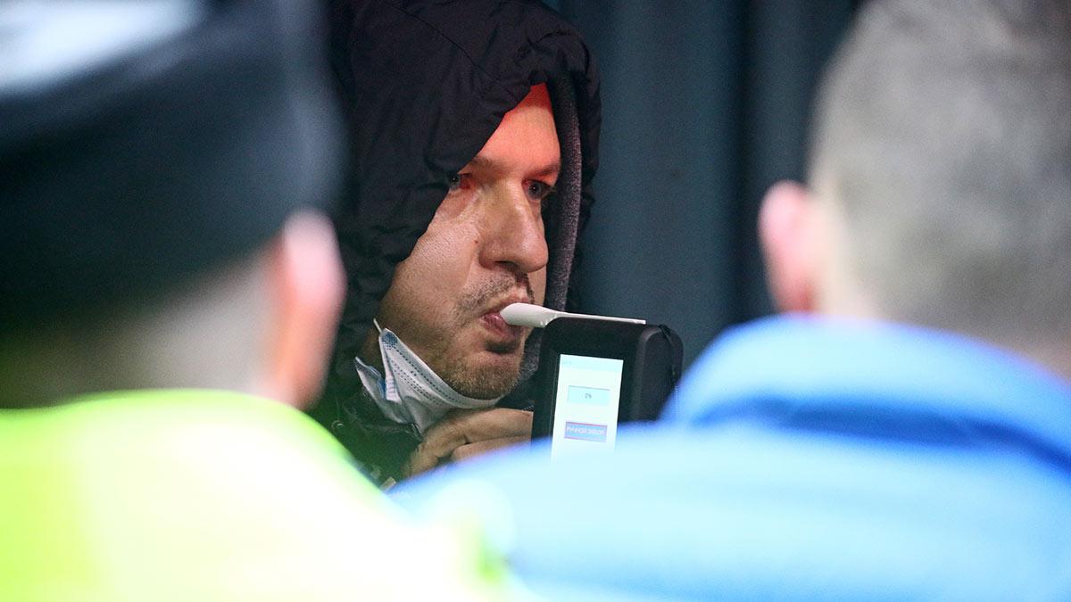 водитель проходит тест на содержание алкоголя в организме