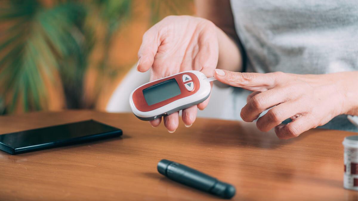 человек измеряет уровень сахара