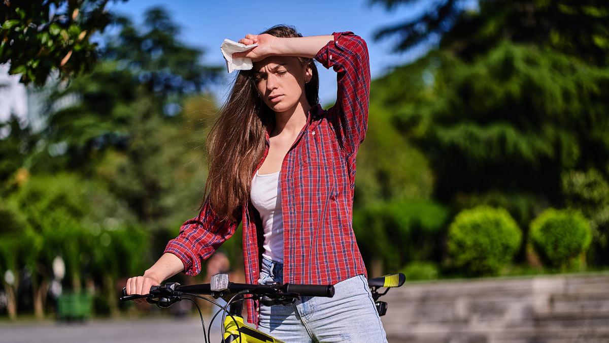 девушка на велосипеде жара