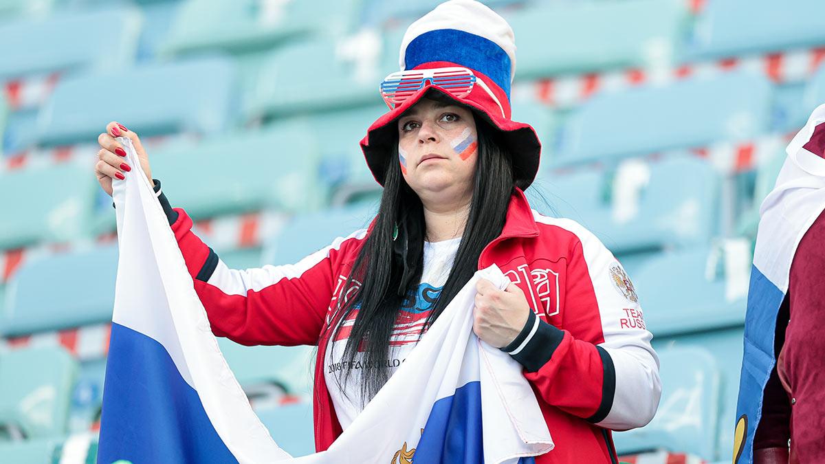 Грустная болельщица сборной России по футболу