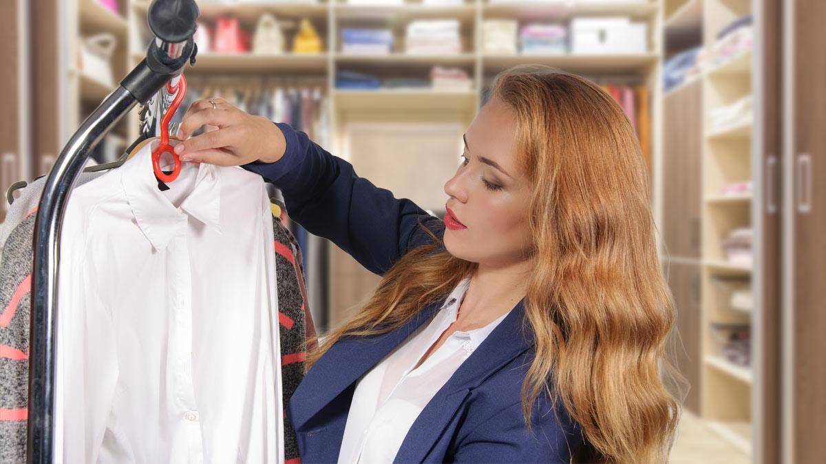 женщина развешивает одежду