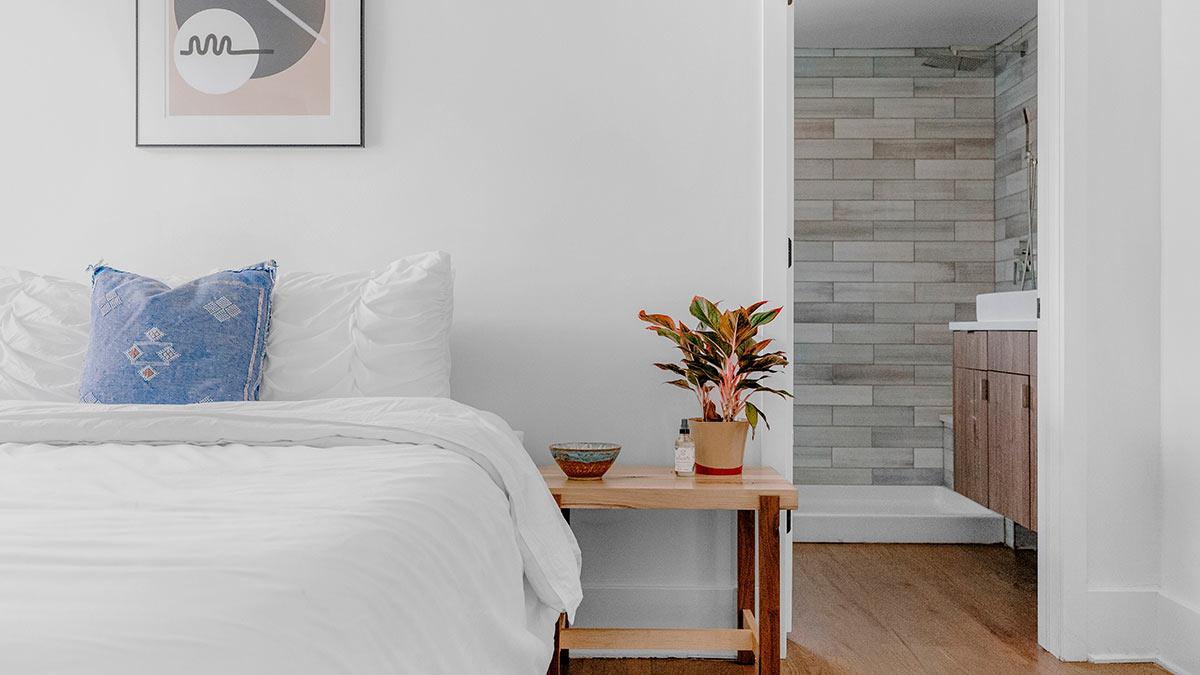 комната кровать плакат