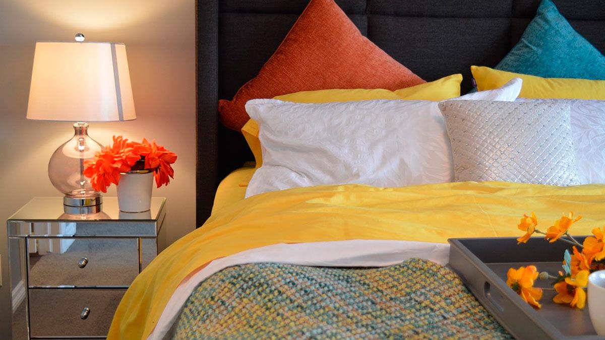 кровать одеяло ночник
