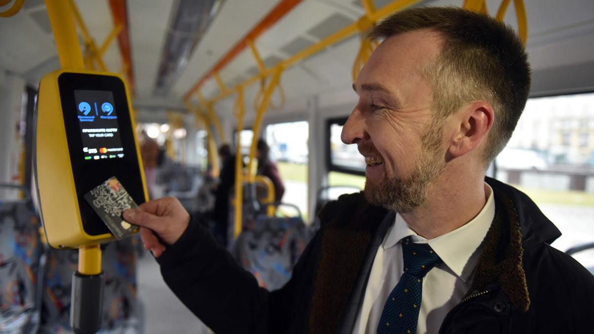 мужчина оплата проезда