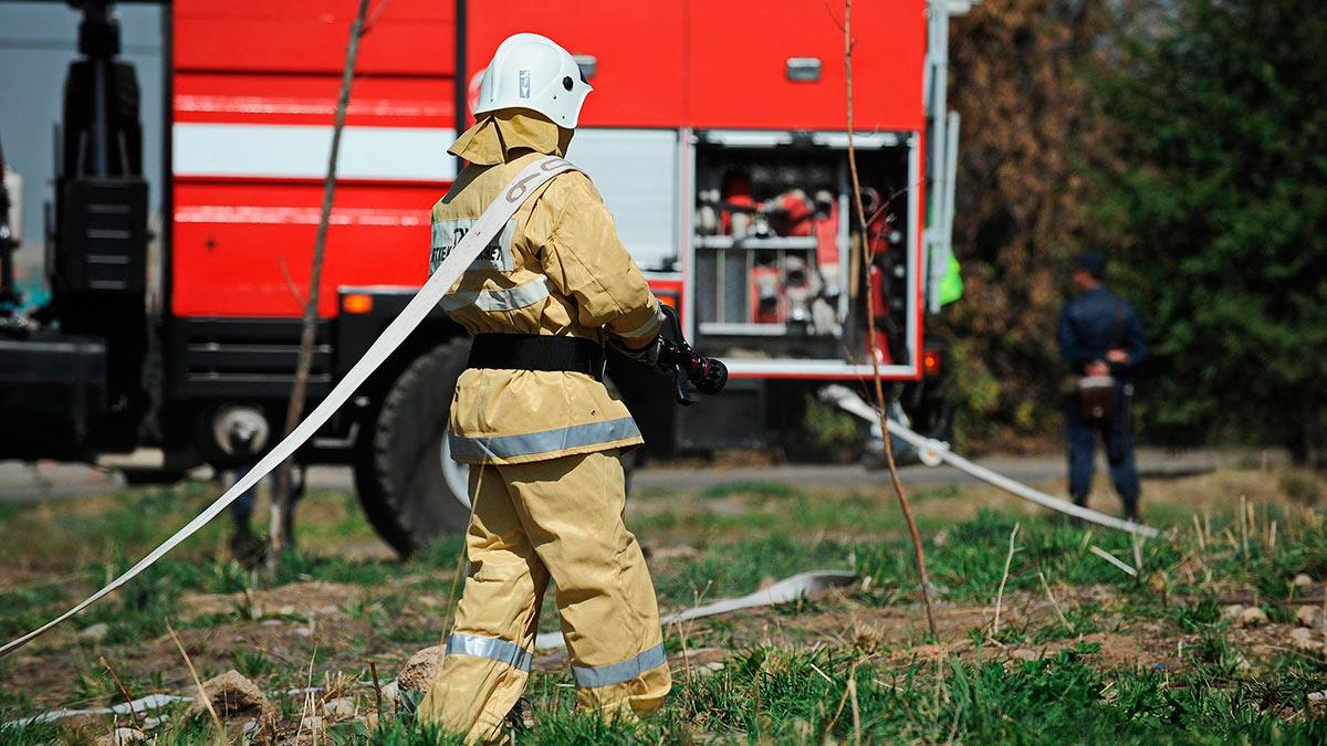 мужчина пожарный шланг