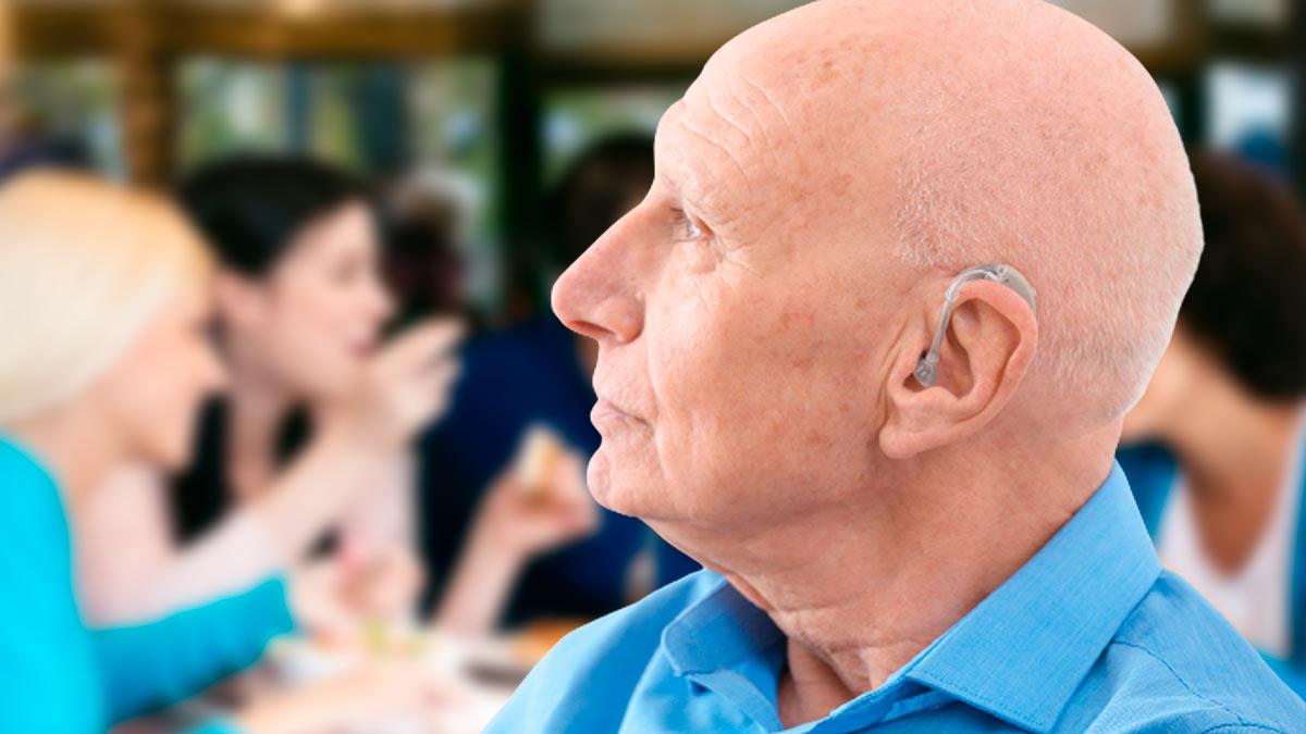 мужчина слуховой аппарат