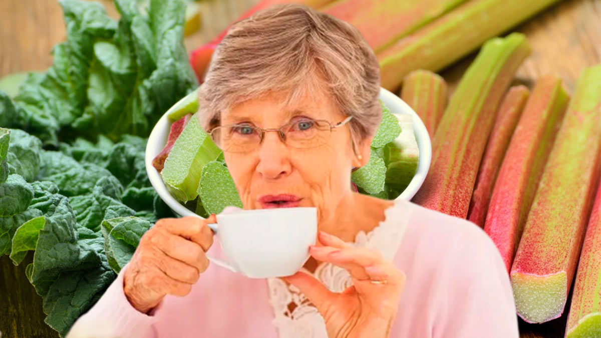 пожилая женщина пьет чай ревень
